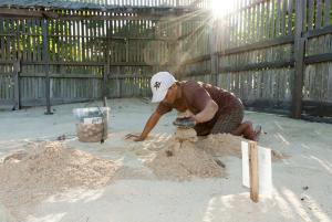 Ranger vergräbt Eier in Hatchery