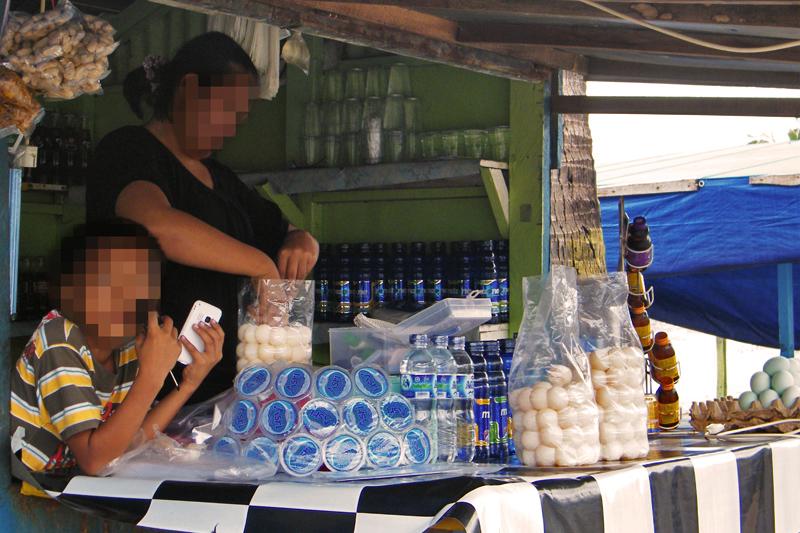 Verkauf von Schildkröteneiern an einem Marktstand